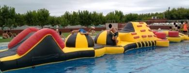 Plataforma de agua amarilla y negra – 16m*2m*1,5m